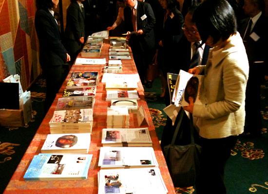 会場でパンフレットなどが自由に配られていました。